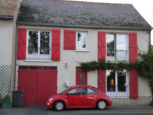 Maison et voiture rouge